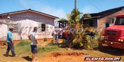 Utilizando baldes com água, Bombeiros controlam incêndio e evitam que duas residências fossem completamente destruídas pelo fogo, em Alto Alegre dos Parecis