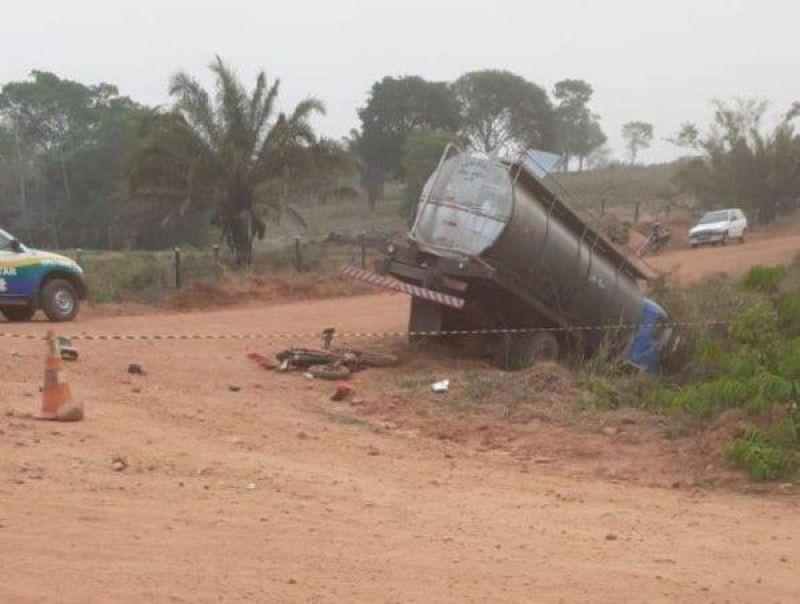 Caminhão passa por cima de moto e mata condutor em Corumbiara