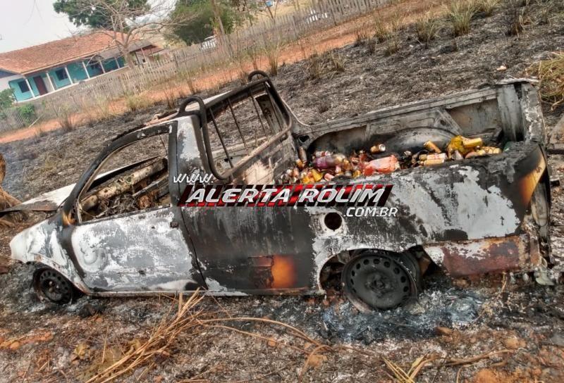 Caminhonete carregada com bebidas é encontrada totalmente queimada na margem da RO-010 com a Linha 138, Zona Rural de Nova Brasilândia