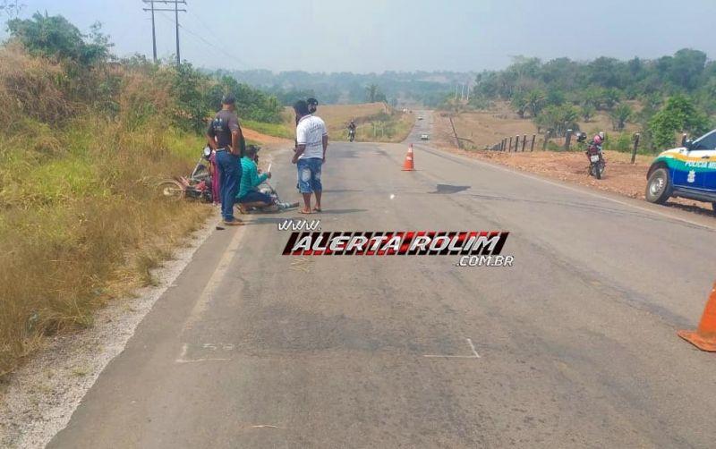 Dois motociclistas são socorridos ao Hospital, após sofrerem acidente na RO-383, em Rolim de Moura