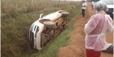 Médico, enfermeira e motorista sofrem acidente após capotar carro em Pimenteiras