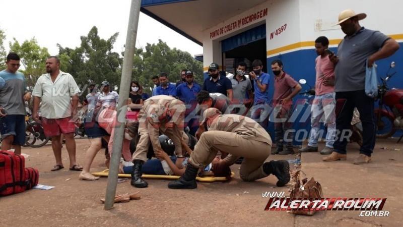 Mulher é socorrida pelos bombeiros ao Hospital, após acidente entre carro e moto no centro da cidade em Rolim de Moura