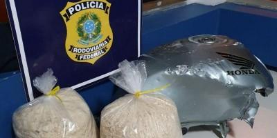 PRF e Bombeiros encontram 9 quilos de cocaína dentro de tanque de moto
