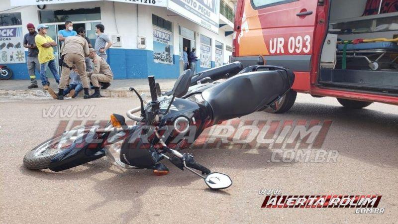 Motociclista é socorrido com suspeita de fratura no braço após colisão com carro no Centro de Rolim de Moura