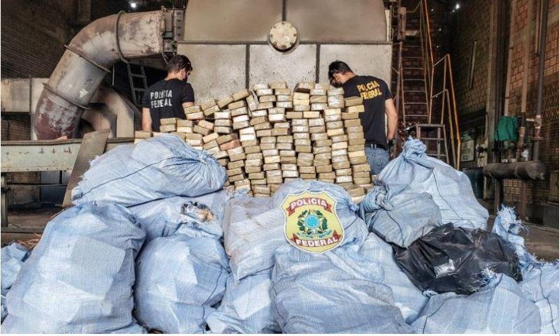 PF incinera uma tonelada de pasta base de cocaína apreendida em caminhonete