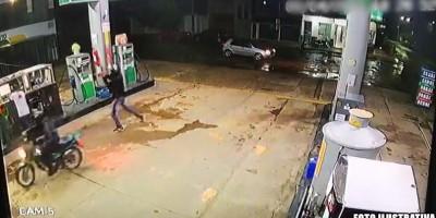 Criminosos armados rendem frentista e efetuam roubo em posto de combustível, em Rolim de Moura