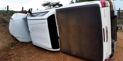 Bandidos roubam caminhoneta de pastor em chácara, fogem, perdem o controle e capotam, em RO