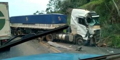 Caminhões se chocam na BR-364, entre Jaru e Ariquemes