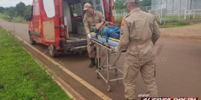 Motociclista rampa quebra-molas e deixa passageiro caído ao solo para trás, em Rolim de Moura