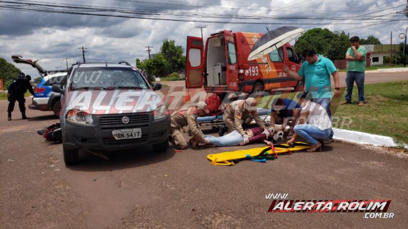 Mulher é socorrida pelos bombeiros e sua moto vai parar embaixo de Pick-up em acidente de trânsito nesta quarta-feira, em Rolim de Moura