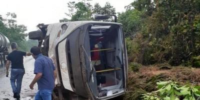Ônibus da Secretaria de Saúde de Urupá tomba na BR-364 - Vídeo