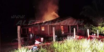 Casa é tomada por incêndio na linha 200 na noite de quinta-feira, em Rolim de Moura