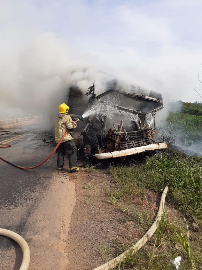 Ao desviar de ciclista sobre ponte na BR 364, carretas colidem e incêndio destrói uma delas
