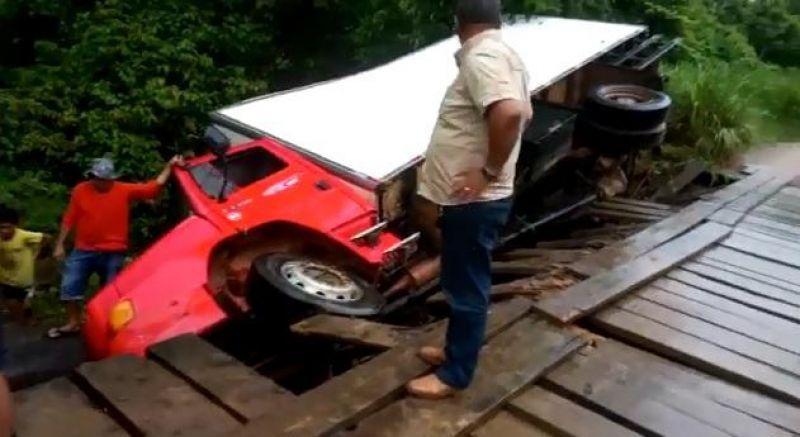 Caminhão carregado com peixes cai em ponte velha na zona rural de Monte Negro