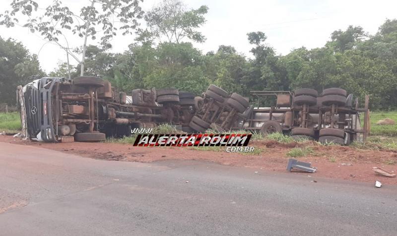 Carreta Bitrem carregada com soro de leite tomba na RO-383, entre Nova Estrela e Cacoal e condutor sofre ferimentos