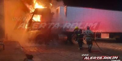 Carreta frigorífica pega fogo em pátio de Posto de combustível durante a madrugada, em Rolim de Moura