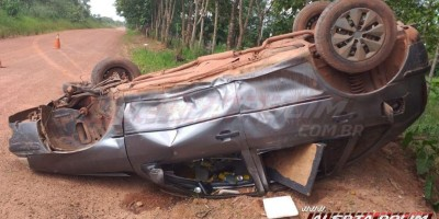 Carro com 04 ocupantes capota na área rural de Rolim de Moura e motorista é socorrido inconsciente ao Hospital