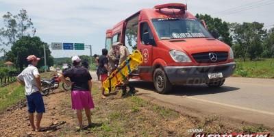 Condutor de carro invade contramão, atinge retrovisor de um automóvel, causa queda de um motociclista e passageiro e foge do local, na RO-383 em Rolim de Moura