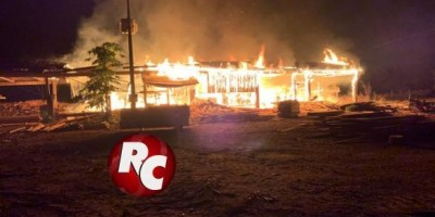 Incêndio destrói parte de uma madeireira, em São Francisco do Guaporé