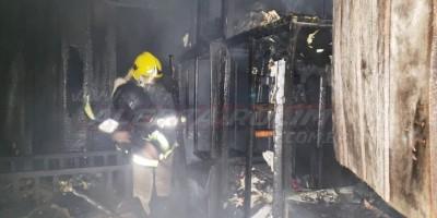 Incêndio destrói residência de madeira no Bairro Beira Rio, em Rolim de Moura