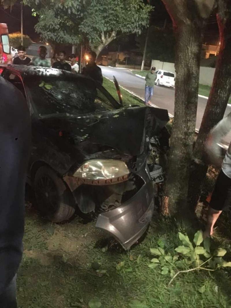 Jovem de 24 anos morre em colisão de veículo com árvore, em Jaru