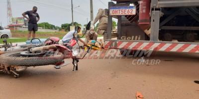 Motociclista é socorrido pelos bombeiros após atingir carreta estacionada na Avenida Norte Sul, em Rolim de Moura
