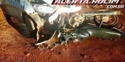 Motociclista fica em estado grave após colidir frontalmente contra táxi na noite de sexta-feira, em Rolim de Moura
