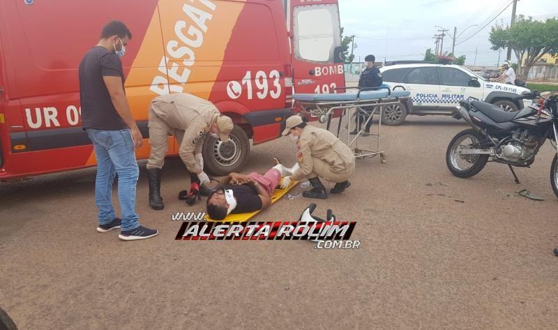 Motociclista sofre fratura exposta na perna, após colisão com caminhão no centro de Rolim de Moura; o motorista do caminhão fugiu do local