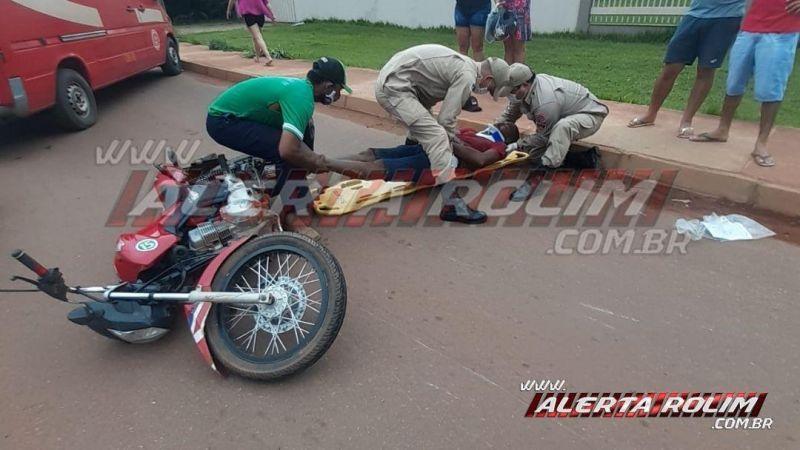Motociclista sofre queda ao passar sobre quebra-molas na Rua Parnaíba, em Rolim de Moura
