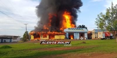 URGENTE - Incêndio de grandes proporções destrói 02 empresas até o momento e uma residência em Rolim de Moura