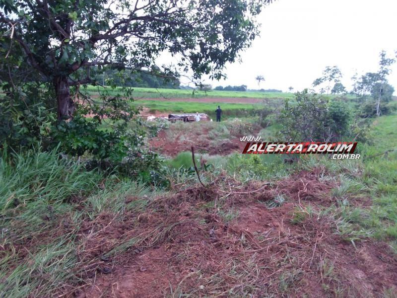 Caminhão tomba dentro de represa  de sítio na RO-479, em Rolim de Moura