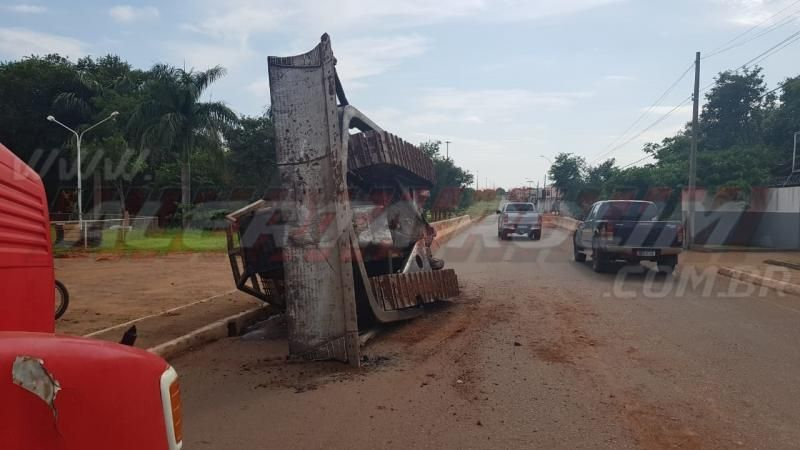Trator esteira cai da carroceria de caminhão no Centro de Rolim de Moura