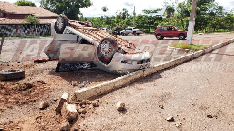 Veículo capota na entrada da cidade nessa manhã de sexta-feira, em Rolim de Moura
