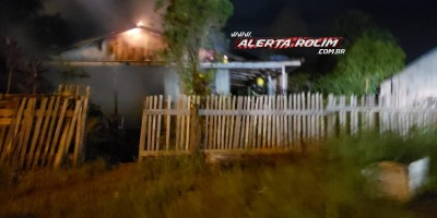 Bombeiros agem rápido e evitam que casa em madeira fosse destruída por incêndio, em Rolim de Moura