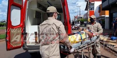 Irmãos são socorridos após colisão entre carro e moto no Centro de Rolim de Moura