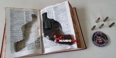 PM localiza revólver escondido dentro de dicionário, em RO