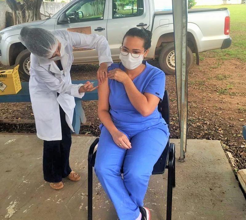 Servidores do Sentinela são os primeiros profissionais da saúde de Rolim de Moura a serem vacinados
