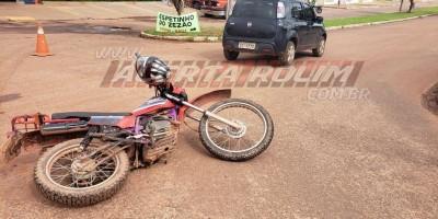 Colisão entre carro e moto deixa um ferido no Bairro Boa Esperança em Rolim de Moura