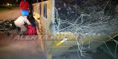 Motociclista fica ferido após se chocar contra caçamba de entulho em Rolim de Moura