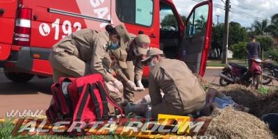 Motociclista sofre fratura expostas nas duas pernas durante grave colisão com carro no Bairro Planalto em Rolim de Moura