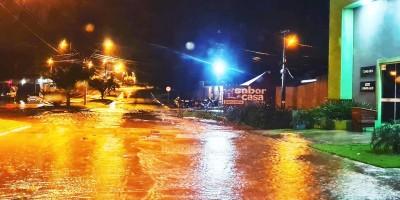 Rua Rio Madeira ficou intrafegável em dois pontos devido à forte chuva desta noite de terça-feira em Rolim de Moura
