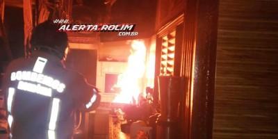 Intervenção rápida dos bombeiros militares evitou que pastelaria fosse completamente destruída pelo fogo em Rolim de Moura - Vídeo