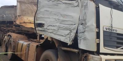 Acidente entre carretas interdita parcialmente a BR-364 em Pimenta Bueno