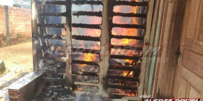 Bombeiros controlam incêndio em residência desabitada no bairro Cidade Alta em Rolim de Moura