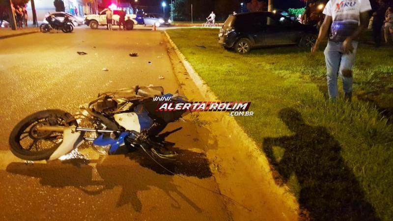 ATUALIZADA - Passageiro de mototáxi fica gravemente ferido após moto ser atingida por carro nesta noite de sexta-feira em Rolim de Moura