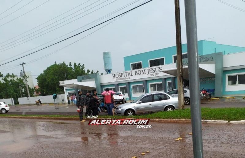 Mototaxista se envolve em acidente ao sofrer colisão com condutora de carro em cruzamento, no centro de Rolim de Moura