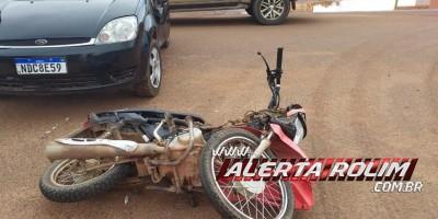 Adolescente conduzindo moto fratura braço após colidir em carro de motorista não habilitado em Rolim de Moura