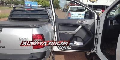 Saveiro atinge porta de caminhonete após condutor abri-la para sair do veículo em Rolim de Moura