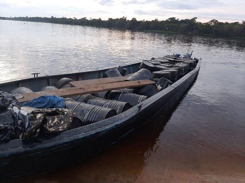 Cerca de 20 mil litros de produto utilizado para refinar substância entorpecente são apreendidos pela Polícia Militar em Pimenteiras