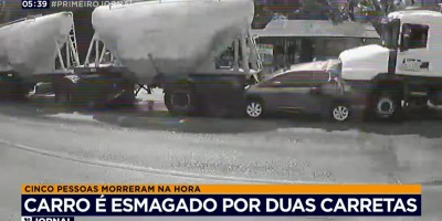Cinco pessoas da mesma família morreram depois que o carro em que elas estavam foi esmagado por duas carretas carregadas de cimento - Vídeo